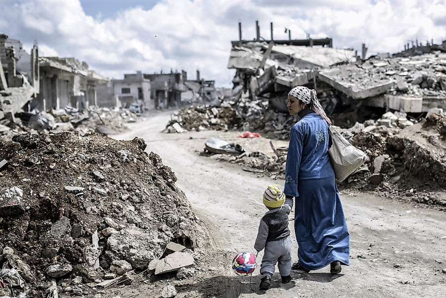 syria-destruction-mother-child-2015-photos1